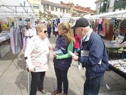 Paloma Gázquez conversa con unos vecinos en el mercado de Posada de Llanes.