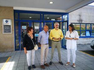 La diputada popular, con el portavoz municipal y usuarios del centro de salud.