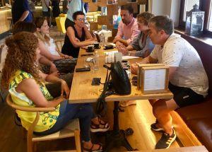 Imagen de la reunión mantenida entre los diputados y las trabajadoras de la Escuela Infantil de La Caridad